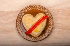 Forma caseiro das cookies do coração, fita vermelha Foto de Stock