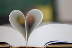 Forma chiusa del cuore dal libro fotografia stock libera da diritti