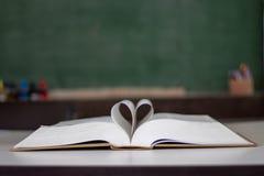 Forma chiusa del cuore dal libro immagini stock