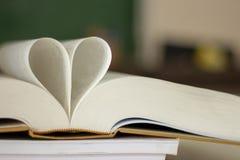 Forma chiusa del cuore dal libro fotografie stock