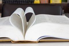 Forma chiusa del cuore dal libro immagini stock libere da diritti