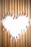 Forma colorida do coração dos lápis fotografia de stock