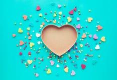 Forma colorida do coração no fundo azul amor, Valentim, casamento Fotos de Stock
