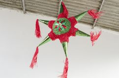 Forma colorida tradicional da estrela do pinata de México fotografia de stock