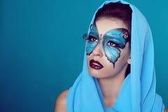 A forma compo. Composição da borboleta na mulher bonita da cara. Arte P foto de stock royalty free