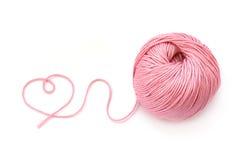 Forma cor-de-rosa da bola e do coração de lãs Foto de Stock Royalty Free