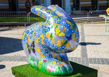forma 3D do coelhinho da Páscoa ou do coelho com as flores, as borboletas e os ovos da páscoa coloridos pintados nela Arte bonita Imagens de Stock