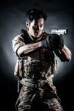 Forma da arma da posse do homem do soldado Imagem de Stock