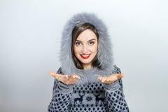 Forma da beleza do inverno Menina bonita da cara com gesticular na moda do chapéu forrado a pele emoções Composição e tratamento  Fotografia de Stock Royalty Free