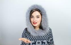 Forma da beleza do inverno Menina bonita da cara com gesticular na moda do chapéu forrado a pele emoções Composição e tratamento  Imagem de Stock Royalty Free