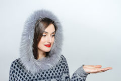 Forma da beleza do inverno Menina bonita da cara com gesticular na moda do chapéu forrado a pele emoções Composição e tratamento  Fotos de Stock Royalty Free