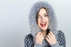 Forma da beleza do inverno Menina bonita da cara com gesticular na moda do chapéu forrado a pele emoções Composição e tratamento  Fotos de Stock