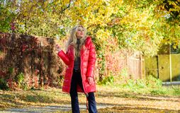 Forma da estação do outono A menina aprecia a caminhada do outono Roupa para a caminhada do outono Revestimento do desgaste de mu imagens de stock