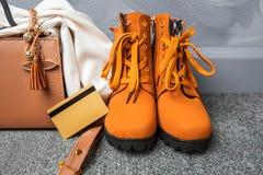 Forma da roupa e dos acessórios do ` s da mulher para comprar na compra Fotos de Stock
