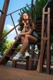 forma da rua da menina contemporânea da juventude sagacidade da jovem mulher do verão imagens de stock