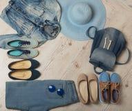A forma da sarja de Nimes ajustou - a roupa, as sapatas e os acessórios Fotografia de Stock