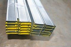 A forma de alumínio do retângulo com cavidade é pilhas no assoalho concreto prepare para fazem o teto foto de stock royalty free