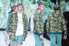 Forma de Bipa desfile de moda 2017 da hora: Anthony Avangard, Zagreb, Croácia Foto de Stock