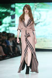 Forma de Bipa desfile de moda 2017 da hora: Ines Atelier, Zagreb, Croácia fotos de stock