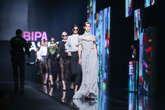 Forma de Bipa desfile de moda da hora: sala da inveja, Zagreb, Croácia Foto de Stock Royalty Free