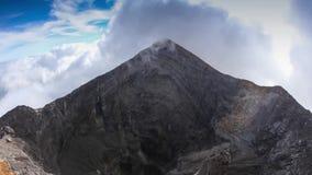 A forma de cone clássica do vulcão de Arenal na costela