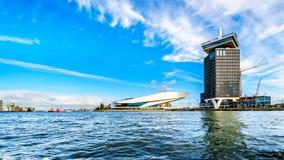 A forma de construção futurista do museu do filme do olho e da construção da vigia de Amsterdão no porto nomeou Het IJ fotografia de stock royalty free
