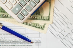 Forma de impuesto con cientos billetes de dólar Fotos de archivo libres de regalías