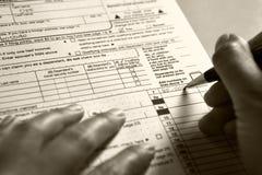 Forma de impuesto de relleno 1040 imagenes de archivo