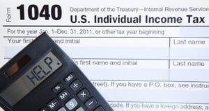 Forma de impuesto electrónica con la calculadora Imagenes de archivo