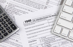 Forma de impuesto federal 1040 con el teclado y la calculadora Fotos de archivo