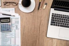 forma de impuesto 1040, ordenador portátil, vidrios, café Fotografía de archivo