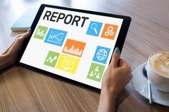 Forma de informe financiera en la pantalla del dispositivo Concepto del negocio y de las finanzas imagenes de archivo