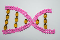 Forma de la DNA hecha de píldoras Foto de archivo