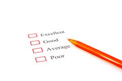 Forma de la encuesta sobre la calidad con la pluma que muestra la comercialización Fotos de archivo