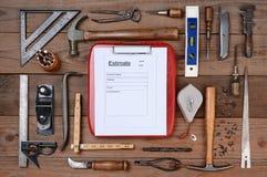 Forma de la estimación de los contratistas rodeada por las herramientas Foto de archivo libre de regalías