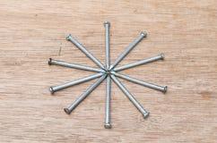Forma de la estrella de los clavos en el fondo de madera Foto de archivo libre de regalías