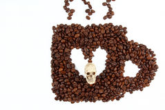 Forma de la taza y del cráneo de café en el fondo blanco Fotografía de archivo