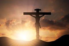 Forma de madera conceptual del símbolo de la cruz o de la religión sobre un cielo de la puesta del sol Imagenes de archivo