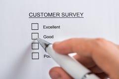 Forma de Person Hands Filling Customer Survey Imagenes de archivo