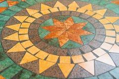 Forma de piedra del triángulo del fondo de la textura en el escritorio redondo del círculo Fotos de archivo