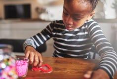 Forma de relleno del corazón del niño lindo con las gotas fotos de archivo