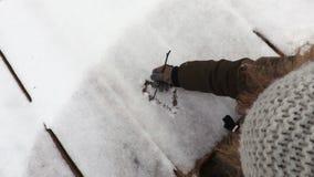 Forma de tiragem do coração da menina na neve video estoque
