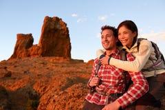Forma de vida activa de los pares felices que camina al aire libre Imágenes de archivo libres de regalías