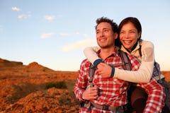 Forma de vida activa de los pares felices que camina al aire libre Fotos de archivo