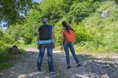 Forma de vida activa y sana en viaje de las vacaciones y de fin de semana de verano Caminantes activos Aventura del viaje y activ Imagenes de archivo