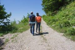 Forma de vida activa y sana en viaje de las vacaciones y de fin de semana de verano Caminantes activos Aventura del viaje y activ Fotos de archivo