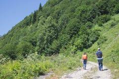 Forma de vida activa y sana en viaje de las vacaciones y de fin de semana de verano Caminantes activos Aventura del viaje y activ Fotos de archivo libres de regalías