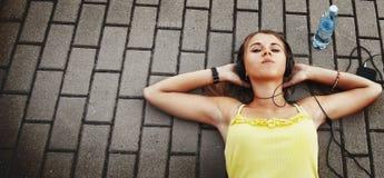 Forma de vida adolescente música que escucha w de la muchacha atractiva joven feliz Fotografía de archivo