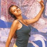 Forma de vida adolescente música que escucha w de la muchacha atractiva joven feliz Fotografía de archivo libre de regalías