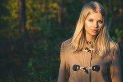 Forma de vida al aire libre de la moda de la mujer que camina joven Foto de archivo libre de regalías